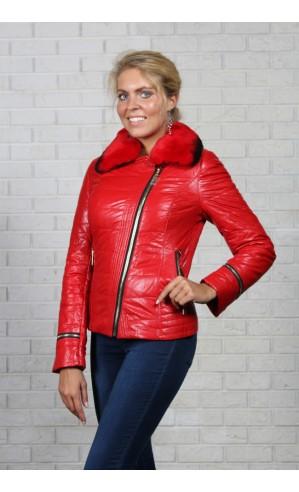 Элегантная красная куртка из экокожи